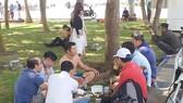 Vô tư ăn nhậu trong Công viên Bãi Sau (TP Vũng Tàu)