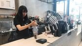 Pha chế, phục vụ quán cà phê là việc làm được nhiều sinh viên lựa chọn