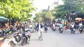 Đường Nguyễn Đình Trọng (quận Liên Chiểu) bị lấn chiếm lòng lề đường để buôn bán