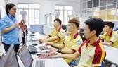 Th.S HUỳnh Thị Thanh Thảo, Giảng viên Trường Cao đẳng Kinh tế - Kỹ thuật TPHCM, hướng dẫn sinh viên thực hành trên trang thiết bị hiện đại của trung tâm vi điều khiển. Ảnh: QUANG HUY