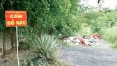 Bên hông chùa Huê Nghiêm xuất hiện bãi rác tự phát, dù nơi đây có bảng cấm đổ rác, chốt bảo vệ dân phố và 3 camera. Ảnh: KIỀU PHONG