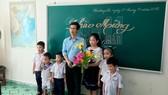 Thầy Bành Hữu Tình trong lớp học của mình ở Trường Sa