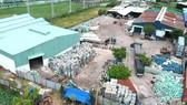 Một cơ sở thu gom rác thải nhựa làm nguyên liệu tái chế tại quận Bình Tân. Ảnh: THÀNH TRÍ
