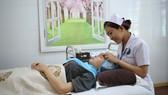 Người dân làm đẹp tại Bệnh viện Y học cổ truyền