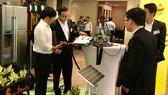 Doanh nghiệp tìm hiểu công nghệ mới tại buổi trình diễn các sản phẩm của các tập đoàn quốc tế.  Ảnh: TẤN BA