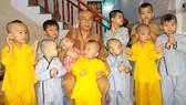 Thầy Thích Huệ Quang với các bé ở cơ sở nuôi trẻ mồ côi