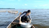 Hình ảnh vớt cá linh mùa nước nổi của Mỹ Duyên