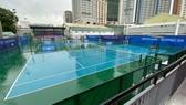 Sân quần vợt ướt sũng nước, buộc phải tạm hoãn các trận đấu. Ảnh: DŨNG PHƯƠNG