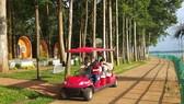 Du khách dạo chơi trên  đảo Đồng Trường bằng xe điện