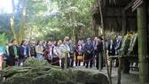Đoàn văn nghệ sĩ TPHCM nghe kể lại những ngày tháng Bác Hồ sống và làm việc tại lán Nà Lừa