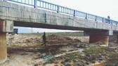 Cầu qua kênh T1, nơi phát hiện nhiều điểm hư hỏng dưới mặt gầm cầu