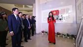Thứ trưởng Hoàng Vĩnh Bảo và các đại biểu tham quan Triển lãm. Ảnh: Bộ TT-TT