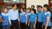 Bí thư Tỉnh ủy Long An Phạm Văn Rạnh trao đổi với đại biểu công nhân lao động