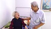 Ông Nguyễn Công Bình thăm hỏi người cao tuổi ở khu phố