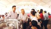 Lãnh đạo huyện Hóc Môn cùng các nhà hảo tâm tặng quà tết  cho người dân có hoàn cảnh khó khăn