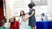 Nhà văn Võ Thu Hương cùng con gái - nhân vật chính  trong cuốn sách Cảm ơn một khúc bình yên
