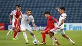 Quang Hải bị hậu vệ UAE kèm chặt từ đầu trận