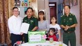 Ông Quách Chấn Thật (đại diện công ty Vedan Việt Nam) chúc mừng gia đình Thượng úy Trương Đức Quân