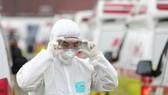 Nhân viên y tế đeo kính bảo hộ trước khi bắt đầu công việc của mình tại thành phố Daegu vào ngày 1-3. Ảnh: Yonhap