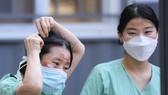 Nhân viên y tế sử dụng băng cá nhân để che vết thương trên mặt do đeo kính bảo hộ trong nhiều giờ trong khi điều trị cho bệnh nhân nhiễm Covid-19 tại Bệnh viện Dongsan ở Daegu vào ngày 4-3. Ảnh: Yonhap