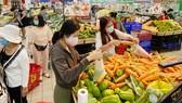 Rau củ quả, mặt hàng thiết yếu luôn đầy ắp trong các siêu thị. Ảnh: CAO THĂNG