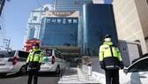Các nhân viên cảnh sát bảo vệ một viện điều dưỡng - nơi ghi nhận hơn 70 trường hợp nhiễm Covid-19 tại thành phố Daegu, ngày 18-3. Ảnh: Yonhap