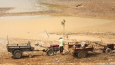 Mực nước nhiều hồ thủy lợi ở Lâm Đồng đang ở mức thấp hơn nhiều so với thiết kế,  khiến cho đời sống người dân gặp nhiều khó khăn. Ảnh: ĐOÀN KIÊN