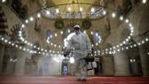 Một công nhân đô thị trong bộ đồ bảo hộ đang khử trùng Nhà thờ Hồi giáo Kilic Ali Pasha ở Istanbal, Thổ Nhĩ Kỳ khi số ca tử vong do Covid-19 trên toàn cầu đã vượt 2,4 triệu. Ảnh: REUTERS