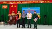 Ông Phạm Hồng Khanh, Phó Chủ tịch UBND huyện Bù Gia Mập trao hoa và thư cảm ơn đến đoàn công tác