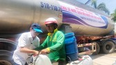 Tặng nước ngọt cho người dân Bến Tre