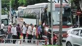 Đường Hùng Vương (quận 5), nơi thường xuyên xảy ra tình trạng xe đón trả khách  gây mất trật tự an toàn giao thông. Ảnh: CAO THĂNG