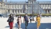 Kim tự tháp trước Bảo tàng Louvre, Pháp, đã mở cửa trở lại