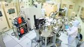 Cán bộ nghiên cứu làm việc tại Phòng thí nghiệm Công nghệ nano, ĐHQG TPHCM