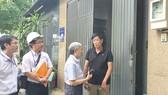 Ông Nguyễn Mạnh Hùng, Chủ tịch Hội Bảo vệ quyền lợi người tiêu dùng, trao đổi thông tin sử dụng điện với anh Khoa  (đường DC7 phường Sơn Kỳ, quận Tân Phú, TPHCM)