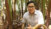 Phan Minh Tiến giới thiệu cách lấy mật dừa nước