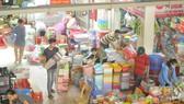 Đa dạng mặt hàng gia dụng bày bán tại chợ Bình Tây. Ảnh: CAO THĂNG