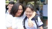 Các thí sinh vui mừng cùng phụ huynh sau khi thi môn Văn  tuyển sinh lớp 10 năm học 2020, tại điểm thi Trường THCS Minh Đức. Ảnh: HOÀNG HÙNG