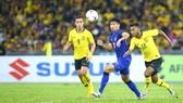 Bóng đá Malaysia và Thái Lan (giữa)  trong một trận đấu