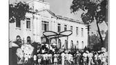 Nhân dân Hà Nội chiếm phủ Khâm sai, ngày 19-8-1945. Ảnh tư liệu