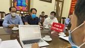 Hội đồng giám khảo nhóm 1 của Hội thi báo cáo tình hình các đội thi với Ban tổ chức