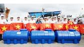 Tặng 300 bồn chứa nước ngọt cho ngư dân