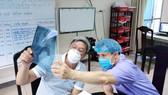 Thứ trưởng Bộ Y tế Nguyễn Trường Sơn (trái) trực tiếp theo dõi  tình hình sức khỏe bệnh nhân Covid-19 tại Bệnh viện Phổi Đà Nẵng. Ảnh: NGUYỄN CƯỜNG