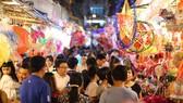 Nhiều người trẻ đến phố lồng đèn Lương Nhữ Học (quận 5)  chủ yếu chụp hình check-in để khoe trên mạng xã hội.  Ảnh: DŨNG PHƯƠNG