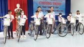 Tặng xe đạp cho học sinh nghèo hiếu học
