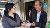 Đại diện báo SGGP tại miền Trung thăm hỏi, hỗ trợ cho trường hợp anh Thái Bá Thuận. Ảnh: XUÂN QUỲNH