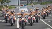 Đội nữ CSGT dẫn đoàn bằng những chiếc xe đặc chủng phân khối lớn. Ảnh: DŨNG PHƯƠNG