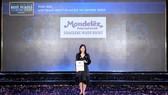 Bà Lê An Bình - Phó Tổng Giám Đốc Nhân Sự công ty Mondelez Kinh Đô nhận giải thưởng