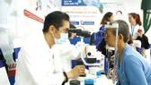 Bác sĩ đang kiểm tra thị lực cho bệnh nhân mắc đái tháo đường