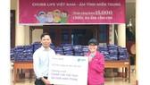 Chubb Life Việt Nam trao tặng hơn 15.000 chiếc áo ấm cho trẻ em vùng lũ