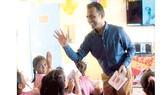 Thầy Ranjitsinh Disale và học sinh  Trường Tiểu học Zilla Parishad